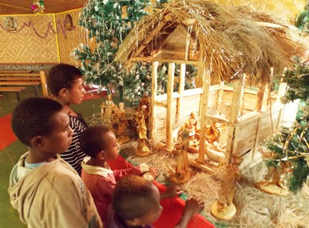 Papua New Guinea children looking at the manger scene